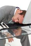 Homme d'affaires fatigué dormant sur son bureau photo libre de droits