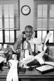 Homme d'affaires fâché de vintage criant au téléphone Image stock