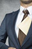 Homme d'affaires fier avec l'enveloppe photo stock