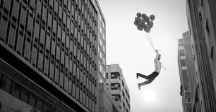 Homme d'affaires flottant avec des ballons au-dessus de perspective surréaliste de bâtiments de ville illustration de vecteur