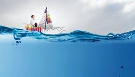 Homme d'affaires flottant dans le bateau de papier Media mélangé images libres de droits