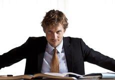 Homme d'affaires focalisé s'asseyant au bureau Image libre de droits