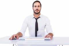 Homme d'affaires focalisé travaillant sur l'ordinateur Photo stock