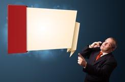 Homme d'affaires fol tenant un téléphone et présent l'origami moderne Photographie stock libre de droits