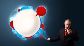 Homme d'affaires fol tenant un téléphone et présent moderne abstrait Image stock