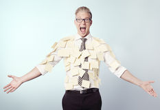 Homme d'affaires frustrant couvert par les notes de post-it blanc. image libre de droits