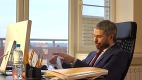Homme d'affaires frustrant torning à part le document vidéo 4K clips vidéos