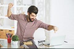 Homme d'affaires furieux cassant l'ordinateur portable Photos libres de droits