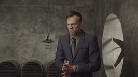 Homme d'affaires furieux semblant agressif banque de vidéos