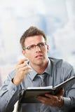 Homme d'affaires parlant avec l'organisateur à disposition Photo libre de droits