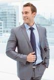 Homme d'affaires futé dans le costume au bureau photographie stock