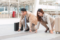 Homme d'affaires futé et femme d'affaires asiatiques se tenant dans le coureur de position de début Photo stock