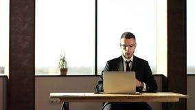 Homme d'affaires gai dans le bureau banque de vidéos