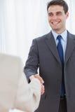 Homme d'affaires gai serrant la main à son nouveau collègue photos stock
