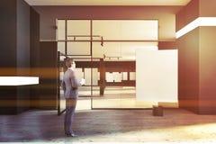Homme d'affaires, galerie noire d'affiche de mur, porte en verre Photos stock