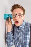 Homme d'affaires Geeky écoutant clandestinement avec la tasse Images libres de droits