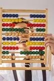 Homme d'affaires Geeky utilisant un abaque Photo stock