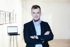 Homme d'affaires habillé élégant posant au grand bureau ouvert images libres de droits