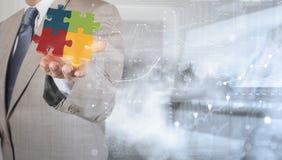Homme d'affaires Hand montrant le puzzle 3d comme concept Photographie stock