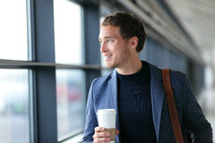 Homme d'affaires heureux allant travailler le café potable photographie stock libre de droits