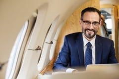 Homme d'affaires heureux appréciant son voyage photos libres de droits