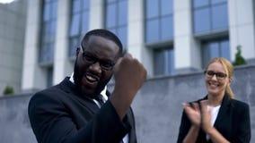 Homme d'affaires heureux appréciant wining de la concession pour l'idée de début, appui d'équipe image libre de droits