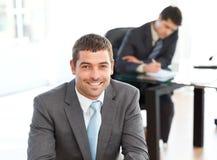 Homme d'affaires heureux au cours d'un contact Photographie stock libre de droits