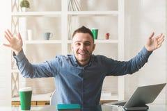 Homme d'affaires heureux au travail Photo stock