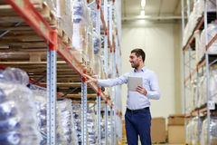 Homme d'affaires heureux avec le PC de comprimé à l'entrepôt Image stock