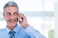 Homme d'affaires heureux ayant un appel téléphonique Photo stock
