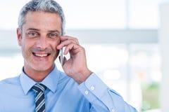 Homme d'affaires heureux ayant un appel téléphonique Photo libre de droits