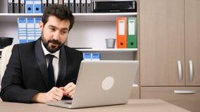Homme d'affaires heureux ayant une causerie en ligne avec son équipe banque de vidéos