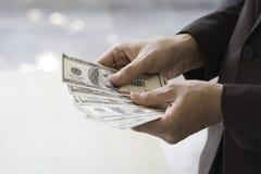 Homme d'affaires heureux et réussi tenant des factures d'argent de dollar US i photos libres de droits