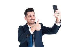 Homme d'affaires heureux faisant un selfie et montrant le pouce  photos libres de droits