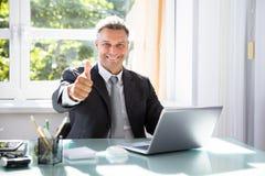 Homme d'affaires heureux Gesturing Thumbs Up photos libres de droits