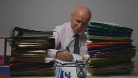Homme d'affaires heureux Image Smile et travail dans la pièce financière d'archives image libre de droits