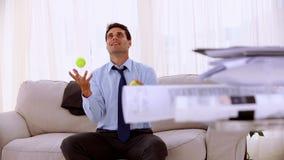 Homme d'affaires heureux jonglant avec de la balle de tennis banque de vidéos