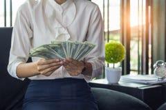 Homme d'affaires heureux même avec l'argent à disposition, mains nous comptant dol image stock