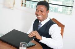 Homme d'affaires heureux ouvrant son ordinateur portable Photos libres de droits
