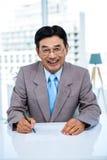Homme d'affaires heureux sur son bureau Image libre de droits
