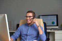 Homme d'affaires heureux travaillant dans le bureau photos stock