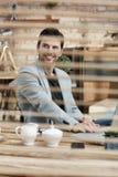 Homme d'affaires heureux travaillant derrière l'ombre Images stock