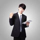 Homme d'affaires heureux utilisant le PC de tablette Image libre de droits