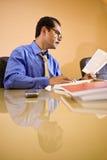 Homme d'affaires hispanique entre deux âges travaillant dans le bureau image stock