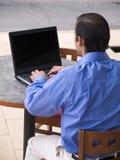 Homme d'affaires hispanique - ordinateur portatif Photographie stock libre de droits
