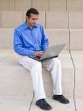 Homme d'affaires hispanique - ordinateur portatif Photo stock