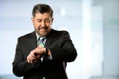 Homme d'affaires hispanique Using Smart Watch Photos libres de droits