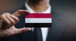 Homme d'affaires Holding Card de drapeau du Yémen images libres de droits