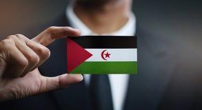 Homme d'affaires Holding Card de drapeau de Sahrawi photos libres de droits