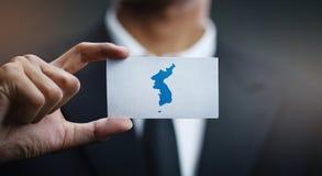 Homme d'affaires Holding Card de drapeau d'unification de drapeau de la Corée image stock
